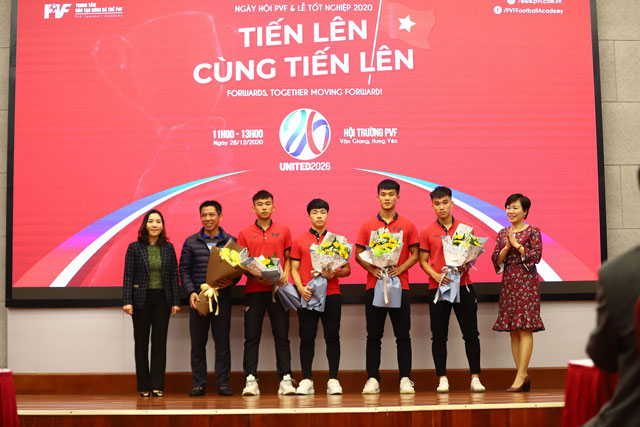 Bà Phan Thu Hương, Tổng Giám đốc PVF (ngoài cùng bên phải) và bà Nguyễn Thị Mỹ Dung, Phó Tổng Giám đốc PVF (ngoài cùng bên trái) bàn giao cầu thủ cho CLB bóng đá Sài Gòn.