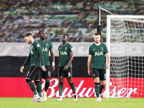 Các cầu thủ Tottenham thất thần sau khi vuột mất chiến thắng trong trận gặp Wolves