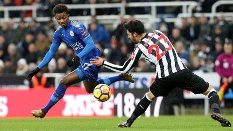 Newcastle khó đứng vững trước sức công phá của Leicester (trái)