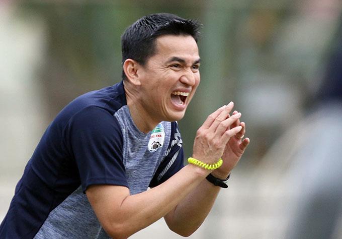 Sau khi có buổi trò chuyện với người hâm mộ và truyền thông Việt Nam, HLV Kiatisak Senamuang đã ra sân để bắt tay vào công việc huấn luyện trực tiếp HAGL