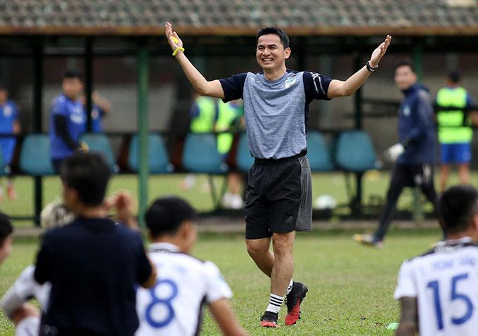 Nhà cầm quân Thái Lan mang đến bầu không khí sôi nổi, vui vẻ cho toàn thể đội bóng