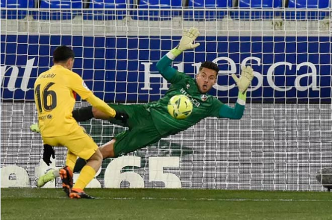 Pedri bỏ lỡ cơ hội đầu trận Huesca vs Barca