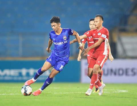 HLV Thanh Hùng cho rằng không dễ để hàng loạt cầu thủ trẻ  được đá ở V.League - Ảnh: Đức Cường