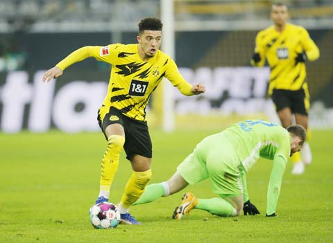 Sancho liên tục làm khổ hàng thủ Wolfsburg