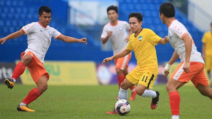 HAGL (áo vàng) đánh bại Khánh Hòa trong trận hạng ba. Ảnh: Lê Đình