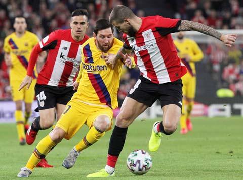 Messi (giữa) và đồng đội rất khó giành điểm trên sân của Billbao