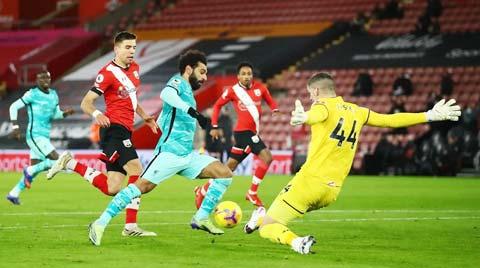 Salah (giữa) chơi mờ nhạt trong trận gặp Southampton là một trong những nguyên nhân khiến Liverpool trắng tay