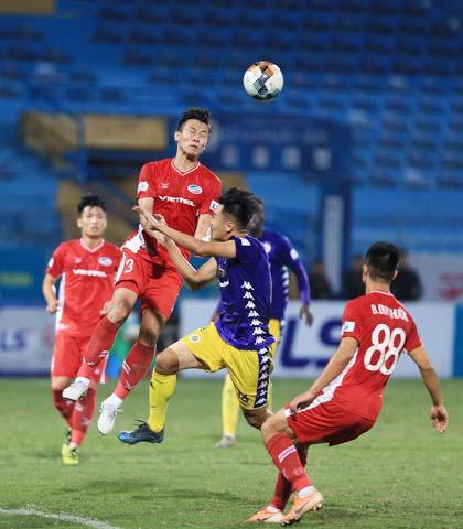 NHM có thể được chứng kiến nhiều bàn thắng trong trận đấu giữa Hà Nội FC (quần sáng) và Viettel - Ảnh: MINH TUẤN