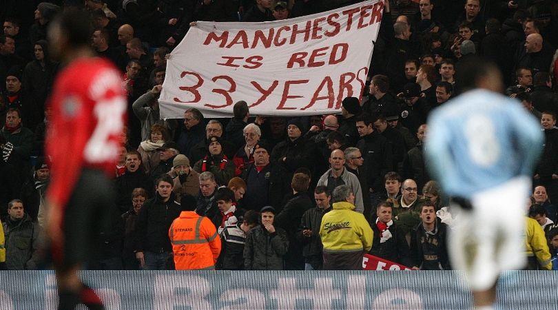Tấm băng rôn đếm số năm Man United nhuộm đỏ thành phố Manchester