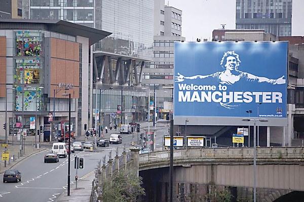Tấm biển quảng cáo in hình Carlos Tevez trong màu áo Man City là liều thuốc độc của Man United