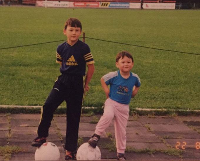 Đặng Văn Lâm (trái) sinh ra tại Moscow (Nga). Thủ thành sinh năm 1993 trưởng thành ở 2 lò đào tạo nổi tiếng là Spartak và Dynamo Moscow của Nga