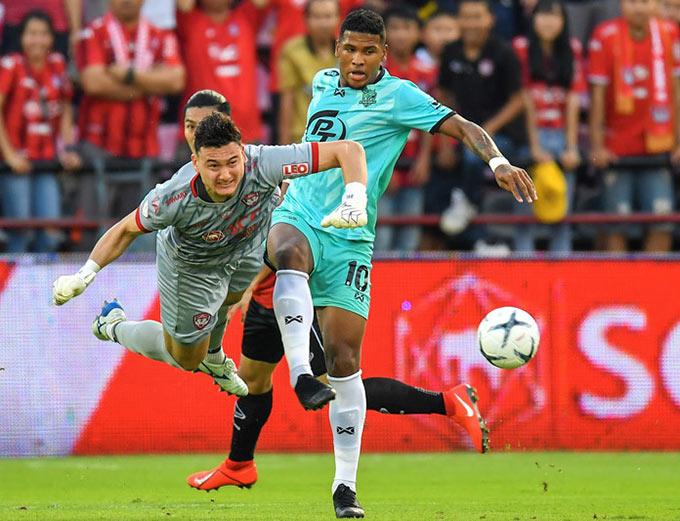 Văn Lâm thi đấu cho Muangthong hơn 1 mùa. Màn trình diễn tốt tại Thai League đưa anh lọt vào mắt xanh của Cerezo Osaka. Văn Lâm trở thành cầu thủ Việt Nam đầu tiên trong lịch sử thi đấu ở J.League 1.