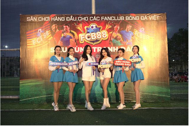 Chị Google Phương Thoa và Á hậu Trương Mỹ Nhân làm nóng không khí trên sân thi đấu