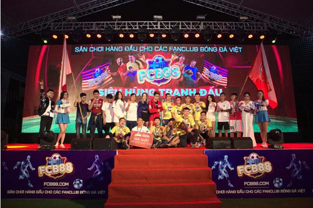 Các khách mời chụp ảnh cùng đội vô địch