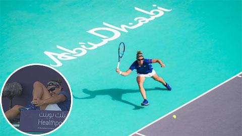 Đối thủ của ĐKVĐ Australian Open gặp tai nạn hy hữu