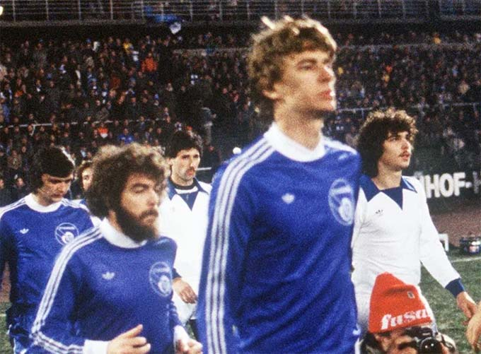 HLV Wenger từng là cầu thủ chuyên nghiệp