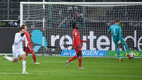 Hàng phòng ngự của Bayern (áo sẫm) thi đấu tệ hại trong trận thua ngược chủ nhà M'gladbach