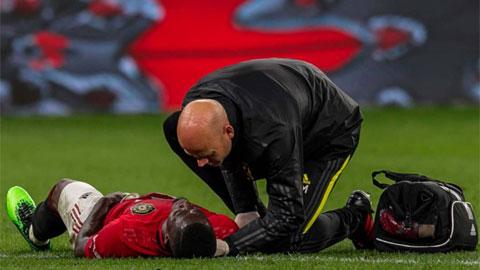 Việc Eric Bailly ngã vật xuống sân ở cuối hiệp 1 trận tiếp Watford khiến BHL và các đồng đội ở M.U hết sức lo lắng