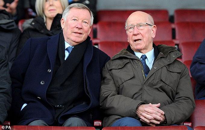 Sir Bobby Charlton (phải) cũng bị chẩn đoán mất trí nhớ vào năm ngoái