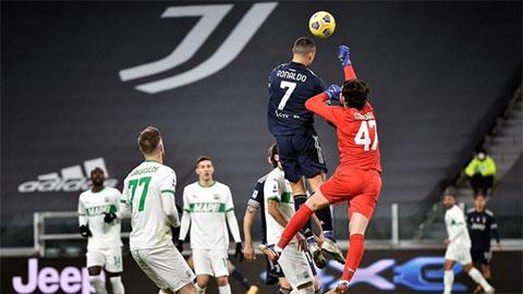 Ronaldo thể hiện sức bật phi thường trong ngày cân bằng kỷ lục của Bican