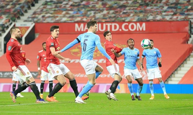 Hàng thủ M.U để cho Stones thoải mái ghi bàn trong trận bán kết Cúp Liên đoàn