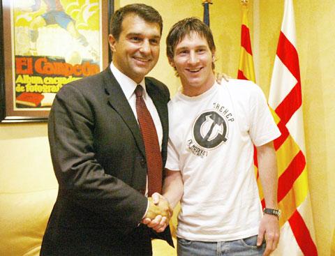 Joan Laporta (trái) có mối quan hệ thâm sâu với Leon Messi và rất muốn giữ siêu sao này ở lại Barca