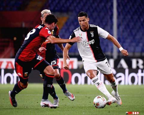 Ronaldo (phải) và đồng đội sẽ đè bẹp Genoa