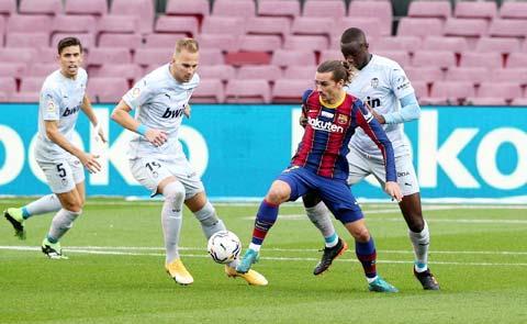 Griezmann (áo sẫm) đã sẵn sàng lập công giúp Barca giành chiến thắng