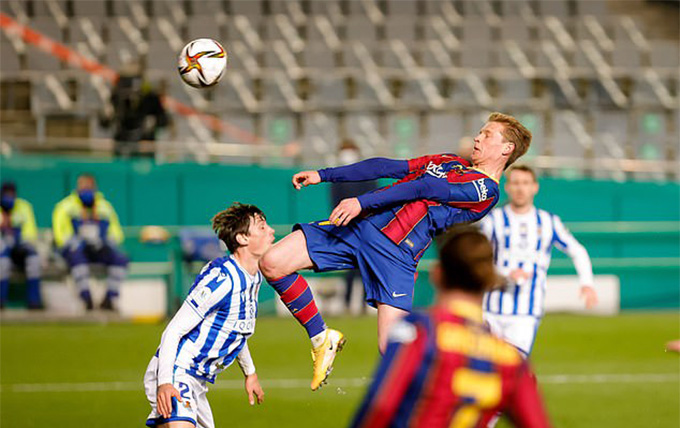 De Jong mở tỷ số trận Real Sociedad vs Barcelona
