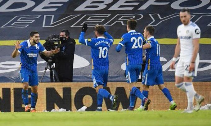 Maupay ăn mừng bàn thắng cùng các đồng đội ở trận Leeds vs Brighton