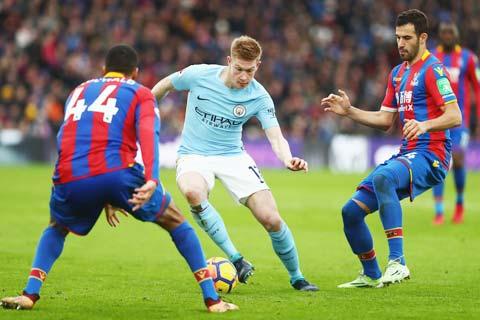 De Bruyne (áo sáng) sẽ dẫn dắt chủ nhà Man City không mấy khó khăn vượt qua đối thủ Crystal Palace