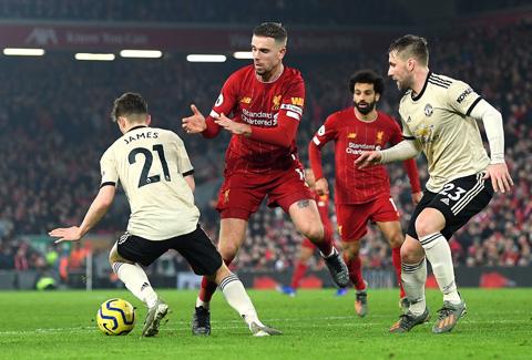 Dù đá ở sân nhà, Liverpool (giữa) khó vượt qua được một M.U đang có phong độ cao