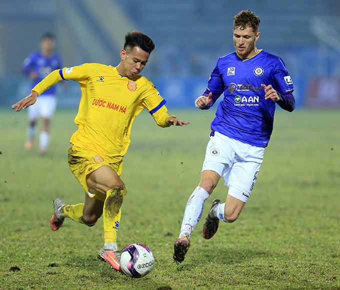 Dàn cầu thủ trẻ của Nam Định với sự quyết tâm và lợi thế sân nhà đã thắng được gã khổng lồ Hà Nội FC
