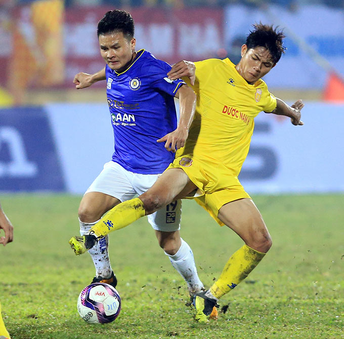 Tình huống Văn Hiếu lui về giành bóng của Quang Hải mang lại sự phấn khích cho CĐV Nam Định