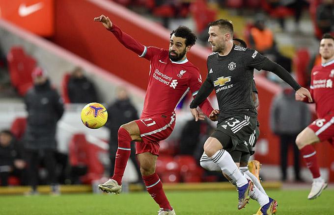 Salah bị Luke Shaw ''bỏ túi''