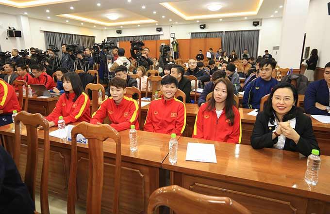 Huỳnh Như và các cầu thủ của đội tuyển nữ Việt Nam
