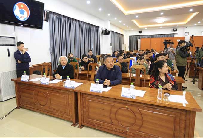 Tổng biên tập Tạp chí Bóng đá - Nguyễn Văn Phú (thứ 2 từ trái sang) dự buổi lễ