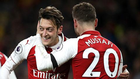 Mustafi gửi lời chào ý nghĩa tới Ozil