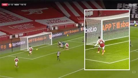 Aubameyang gây sốc với pha bỏ lỡ không tưởng trước Newcastle