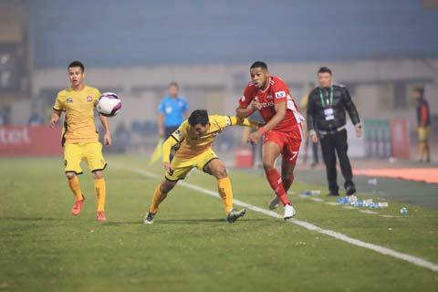 Tiền đạo của Viettel (áo đỏ) bất lực trước hàng thủ số đông và chơi kỷ luật của Hải Phòng - Ảnh: Phan Tùng