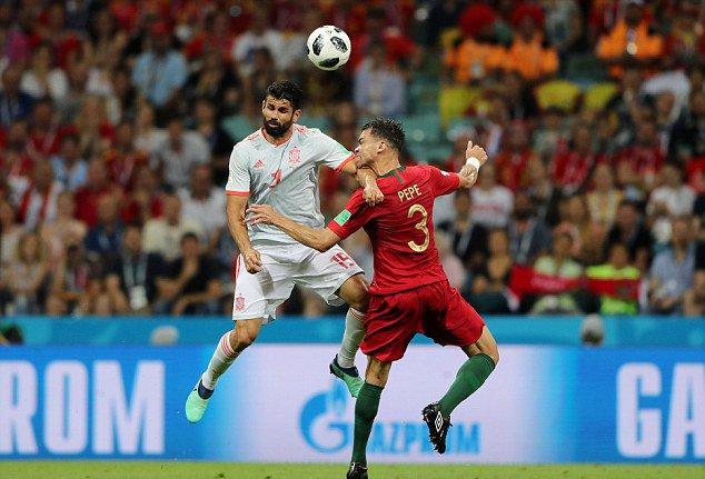 VAR đã bỏ qua lỗi của Costa trước khi ghi bàn thắng đầu tiên tại World Cup được VAR công nhận