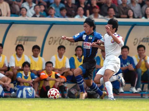 HLV Kiatisak (áo sẫm) thời còn khoác áo HAGL tung hoành tại V.League Ảnh: Minh Tuấn