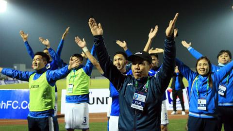 Thầy trò HLV Hoàng Thọ ăn mừng và cảm ơn NHM sau trận thắng HL Hà Tĩnh Ảnh: Đức Cường