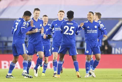 Các cầu thủ Leicester ăn mừng chiến thắng 2-0 trước Chelsea ở trận đấu gần nhất tại Premier League