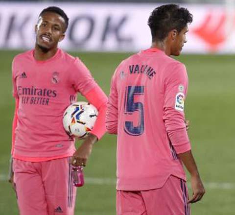 """Real sẽ phải chơi với cặp """"trung vệ vệ thảm họa""""Militao (trái) - Varane đêm nay"""