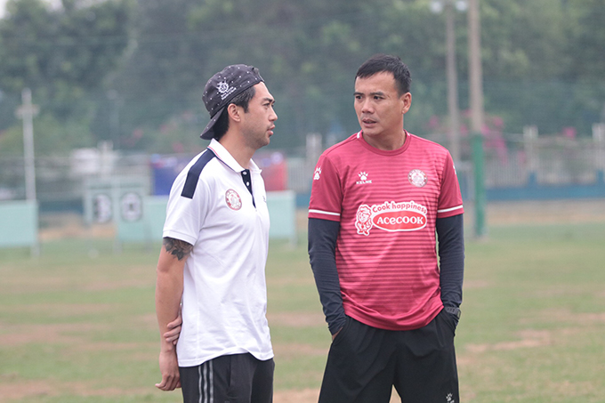 Sau đó, Lee Nguyễn chạy đến chào hỏi HLV thủ môn Trần Minh Quang trước khi được đội ngũ hậu cầu đưa trang phục tập luyện để vào thay đồ trước khi ra sân.