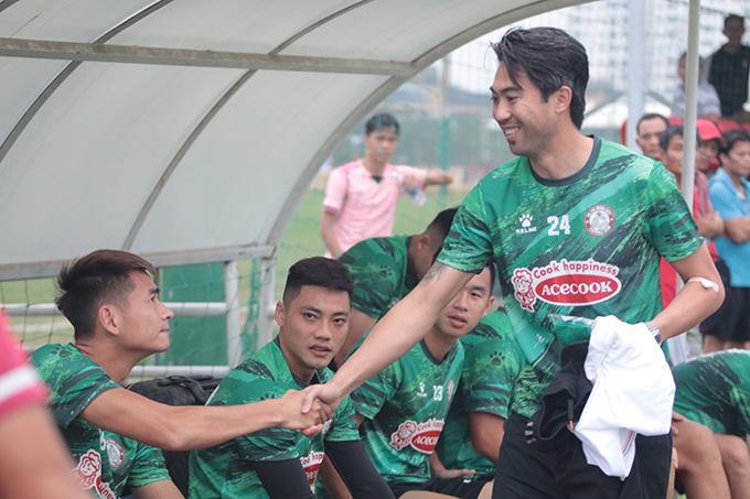 Sau khi thay trang phục, đồng đội của Lee Nguyễn cũng vừa đến sân. Anh chạy đến chào hỏi từng thành viên một, dành 5 phút để trả lời giới truyền thông trước khi chính thức bước vào buổi tập đầu tiên.