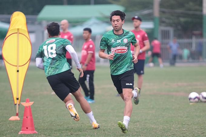 Lee Nguyễn dễ dàng hoàn thành các bài tập khởi động với đội ngũ trợ lý của HLV Polking. Sau đó, anh bước vào bài tập đá nhóm trước khi tham dự trận đấu nối bộ.