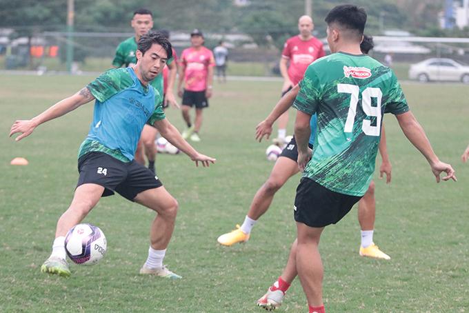 Ở trận đấu nội bộ, Lee Nguyễn thậm chí còn lập công với bàn thắng vào lưới của Bùi Tiến Dũng. Lee được ban huấn luyện xếp thi đấu ở vị trí hộ công cho tiền đạo Joan Paulo.