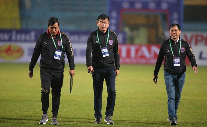 HLV Phan Thanh Hùng (giữa) và các cộng sự đến sân Hàng Đẫy. Ảnh: Phan Tùng.